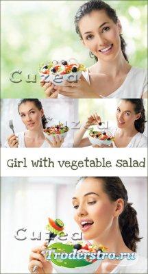 Девушка с овощным салатом- растровый клипарт