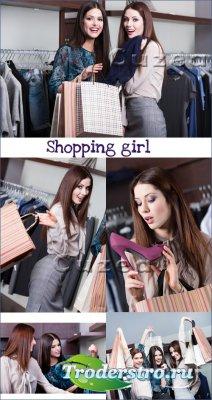 Девушки занимаются шоппингом- растровый клипарт