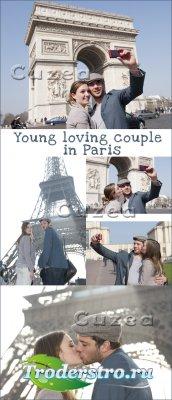 Молодая влюбленная пара в Париже- растровый клипарт