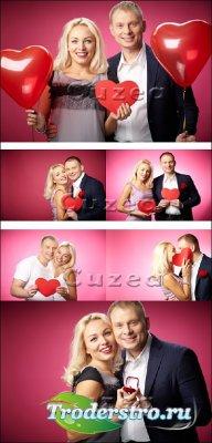 Влюбленная пара с сердцами на красном фоне - Stock photo