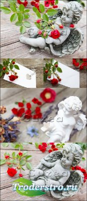 Фигурки ангелочков с красными розами - Stock photo