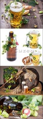 Хмель, бокалы и бутылки пива на деревянном фоне| Hop, glasses and beer bott ...
